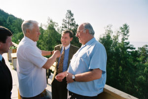 Federal Chancellor Helmut Kohl, President Boris Jelzin and Horst Köhler - then state secretary at the Federal Ministry of Finance - at lake Baikal, July 1993 (courtesy of the Federal Government, photo by Engelbert Reineke).