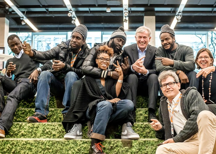 Horst Köhler with filmmaker-screenwriter Rama Thiaw and Senegalese rap group 'Y'en a marre!'