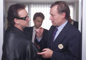 Horst Köhler, Geschäftsführender Direktor des Internationalen Währungsfonds (IWF), im Gespräch mit dem Rockstar Bono über einen Schuldenerlass für Entwicklungsländer, IWF-Weltbank Jahrestagung, Prag, September 2000 (Quelle: IWF).