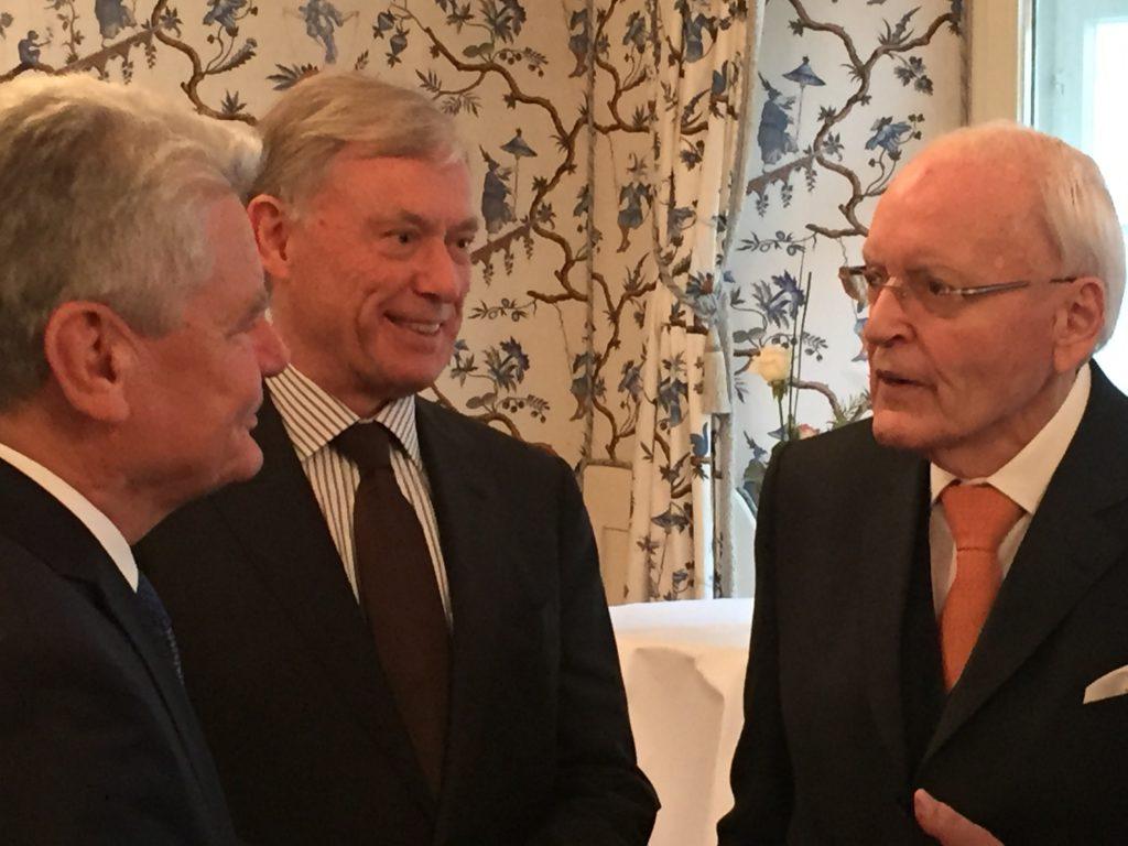 Der damalige Bundespräsident Joachim Gauck im Gespräch mit den Altbundespräsidenten Roman Herzog und Horst Köhler, Freiburg, November 2015 (Quelle: Privat).