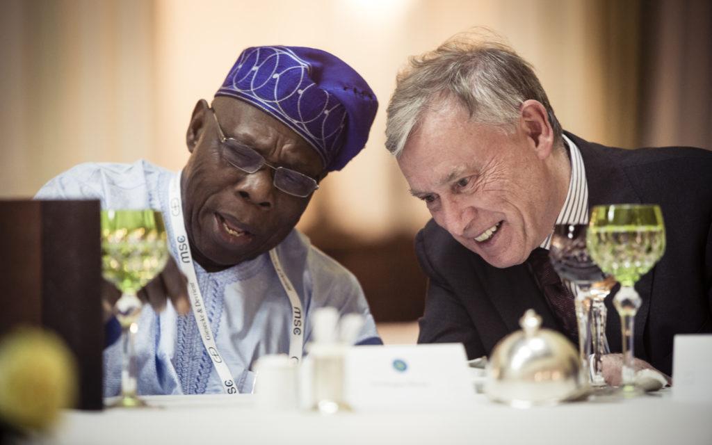 Former Nigerian President Obasanjo and former Federal President Horst Köhler in conversation, Addis Abeba, April 2016 (Munich Security Conference, photo by Michael Kuhlmann).
