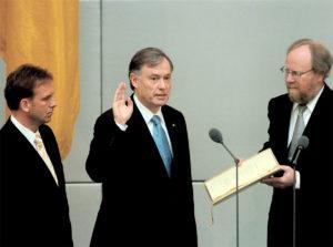 Horst Köhler wird von Wolfgang Thierse, Präsident des Deutschen Bundestages, als Bundespräsident vereidigt; links: Dieter Althaus, Präsident des Bundesrates (Quelle: Bundesregierung, Fotograf: Bernd Kühler).